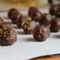Vegan Dates & Pistachio Brownie Truffles - كرات التمر و الفستق الخفيفة
